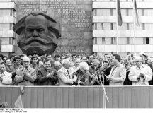 """ADN-ZB/Thieme/25.5.80 Karl-Marx-Stadt: Festival Mit einem Blumengruß wurde Erich Honecker, Generalsekretär des ZK der SED und Vorsitzende des Staatsrates der DDR, von der Studentin Heike Behrendt, FDJ-Sekretär an der Jugendhochschule """"Wilhelm Pieck"""" zur Kampfdemonstration Zehntausender Mitglieder der FDJ und des Leninschen Komsomol herzlich willkommen geheißen."""