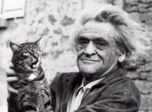 L'écrivain Joseph Kessel et son chat Mustapha II.